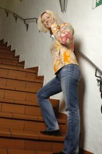 Feli auf Treppe hoch gehend